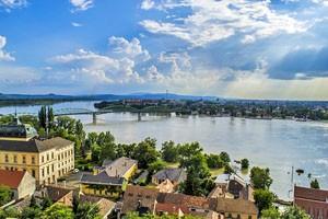 mestá Otrihom a Štúrovo na brehoch Dunaja
