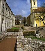 pozostatky hradného opevnenia a kostol