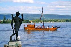 Tata - Staré jezero, v popředí socha